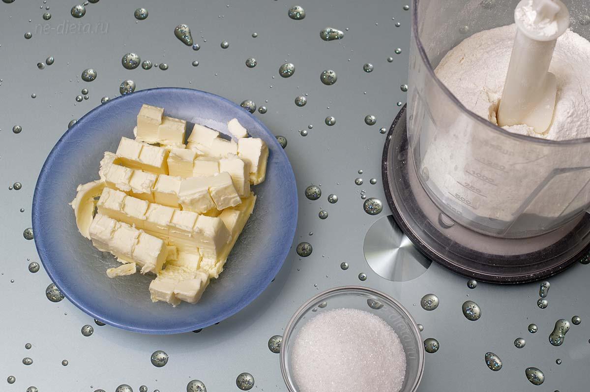 Просеянную муку смешать с сахаром и маслом