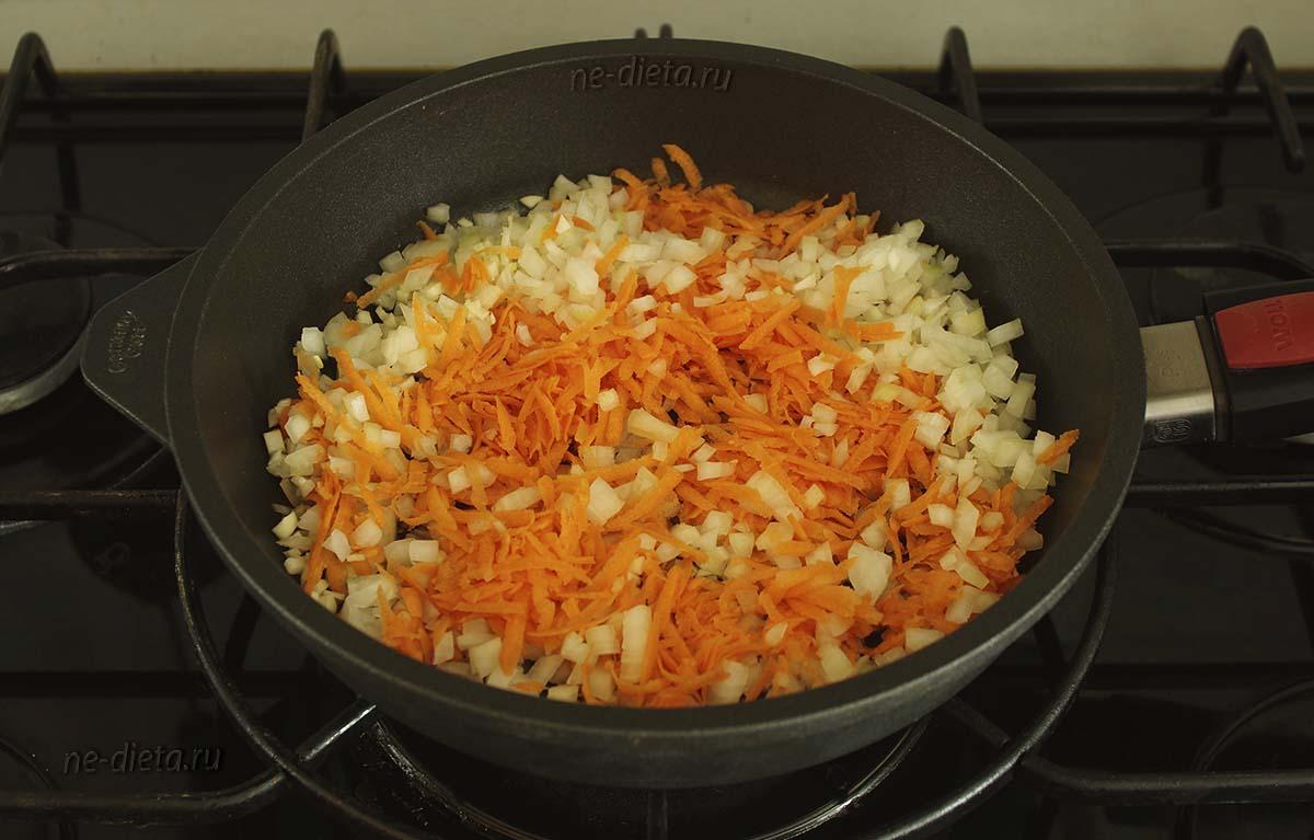Обжарить лук, чеснок и морковь на оливковом масле