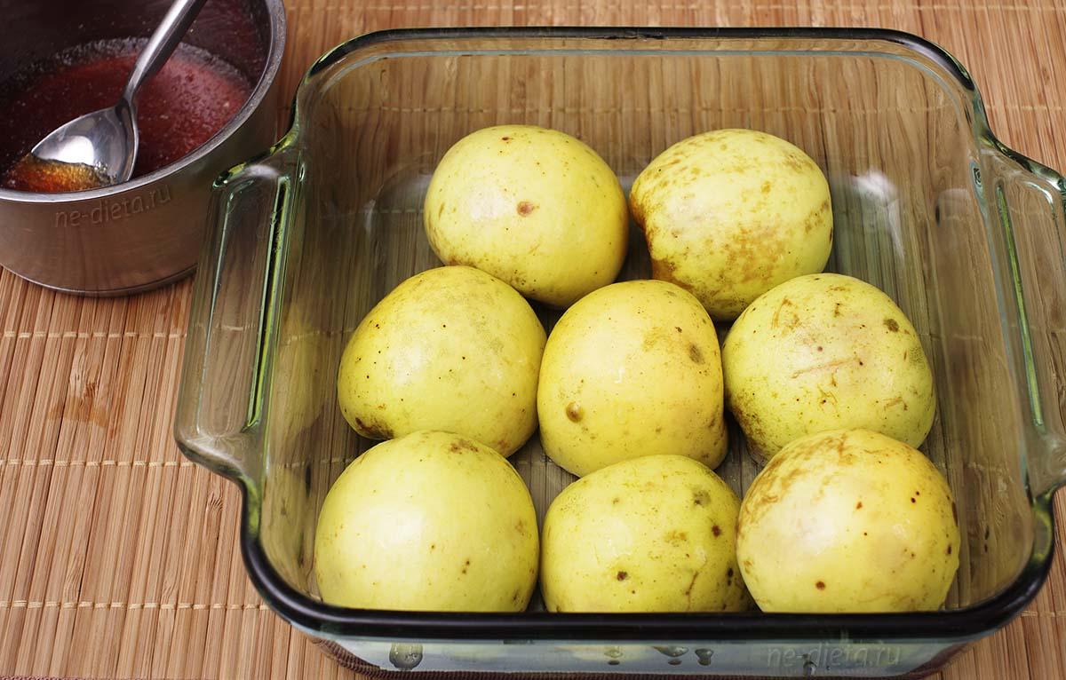 Яблоки уложить в форму срезом вниз