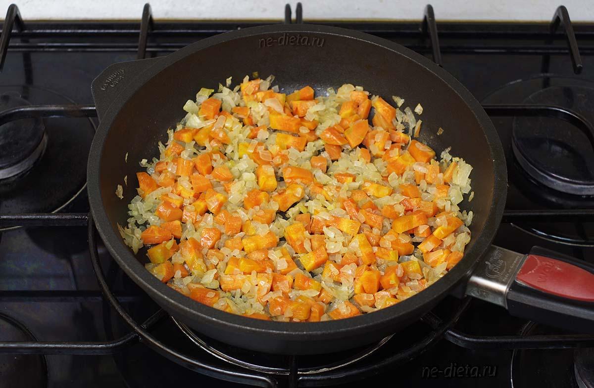 Обжарить лук и морковь на растительном масле