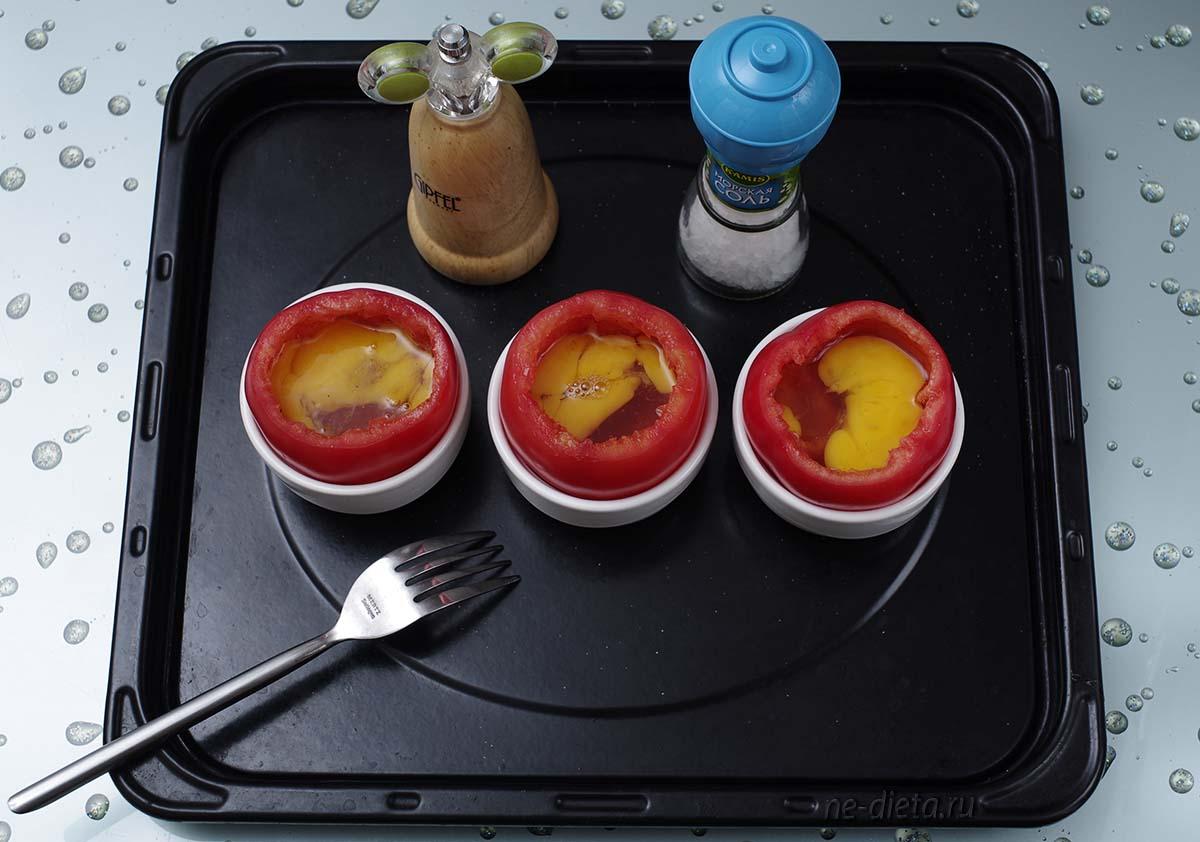 В каждый помидор разбить по яйцу