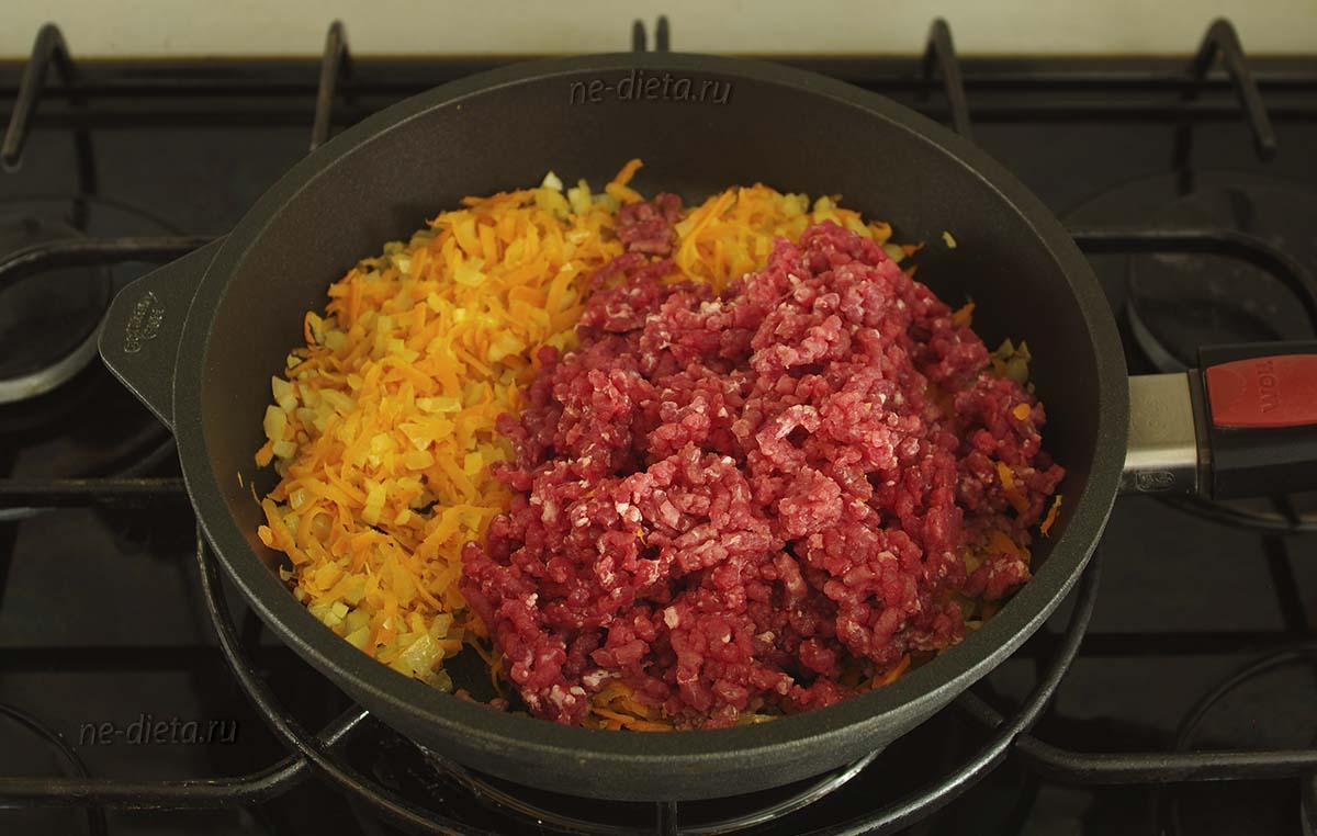 К овощам добавить мясной фарш