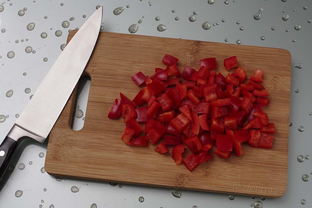 Болгарский перец порезать квадратиками