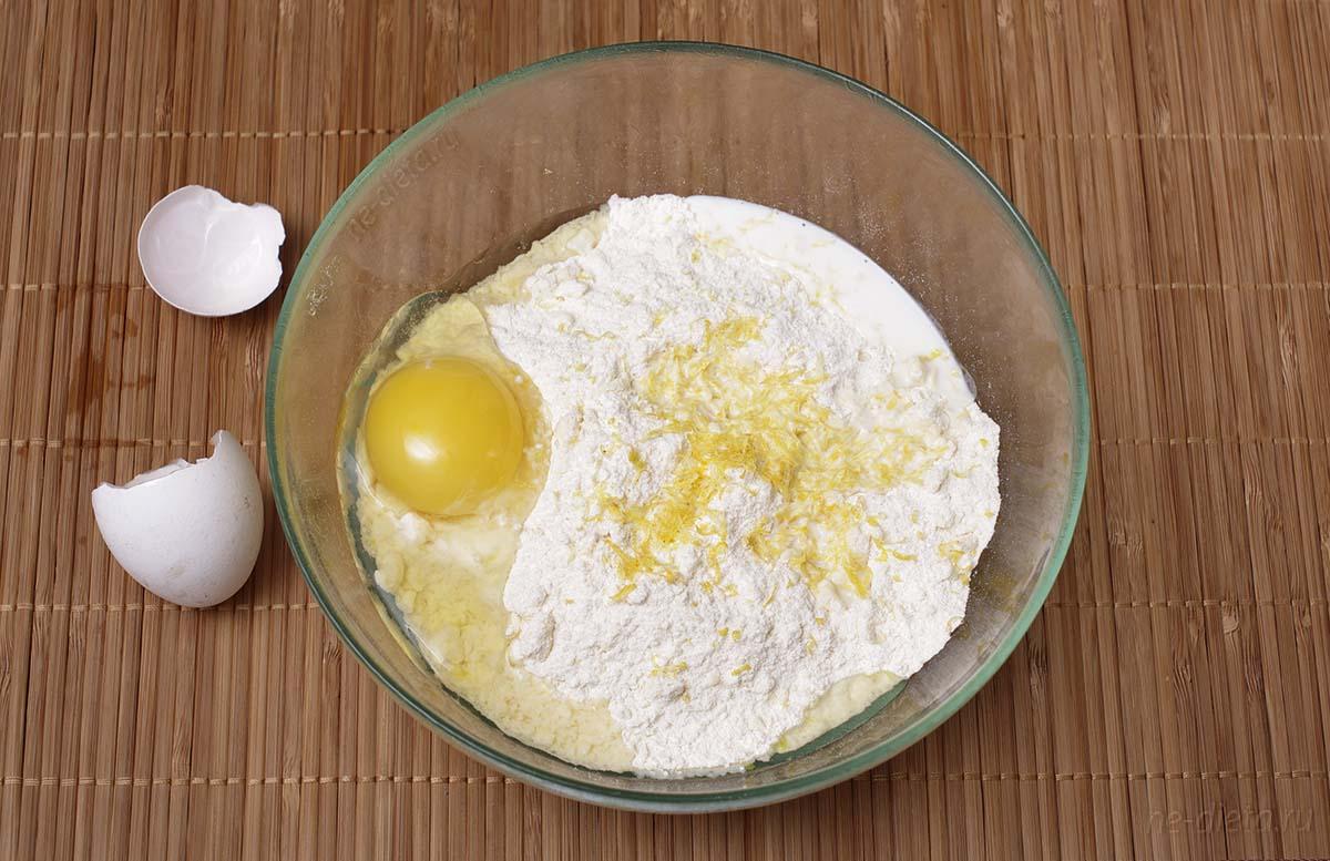Добавить в тесто яйцо и молоко