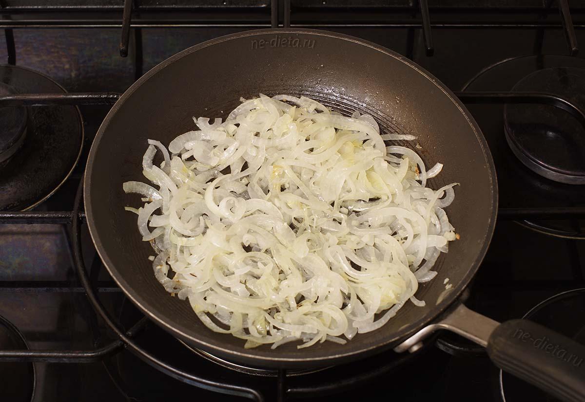 Обжарить лук с чесноком на оливковом масле