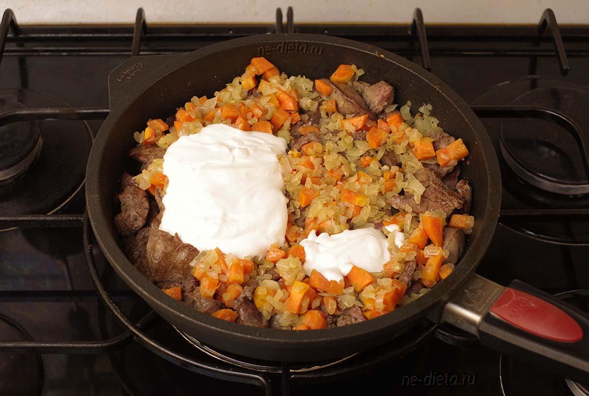 К печени добавить овощи и сметану