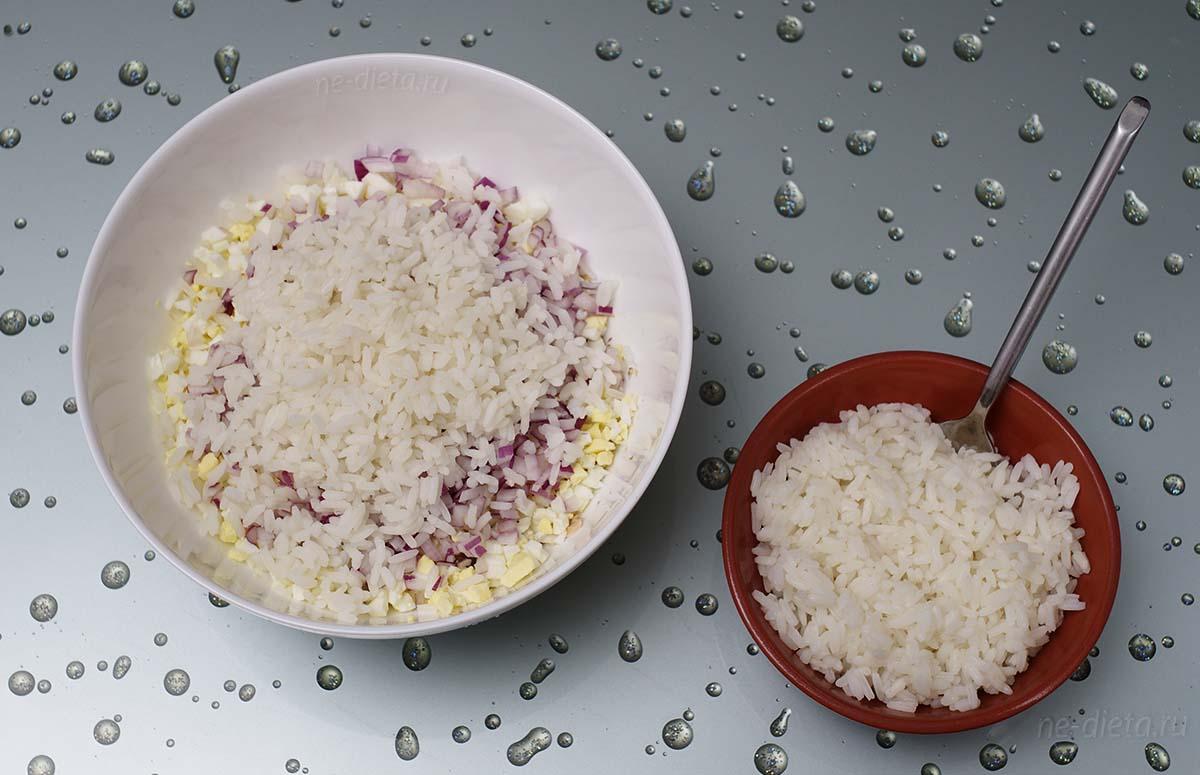 Добавить в рыбный салат отварной рис