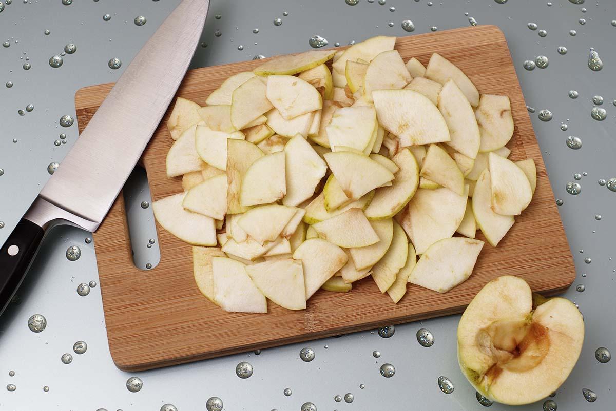 Яблоки очистить и нарезать тонкими ломтиками
