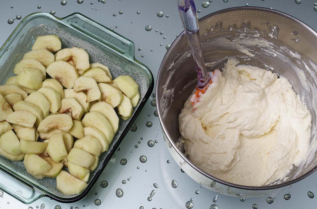 Яблоки порезать дольками и выложить на дно формы