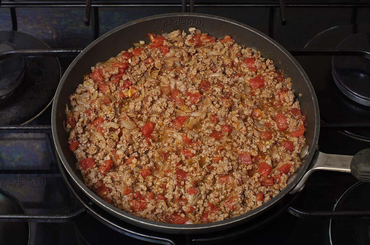 Добавить в фарш соль, перец и помидоры