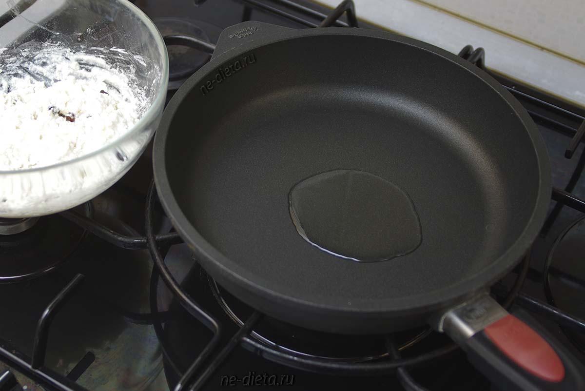 В сковороде разогреть растительное масло