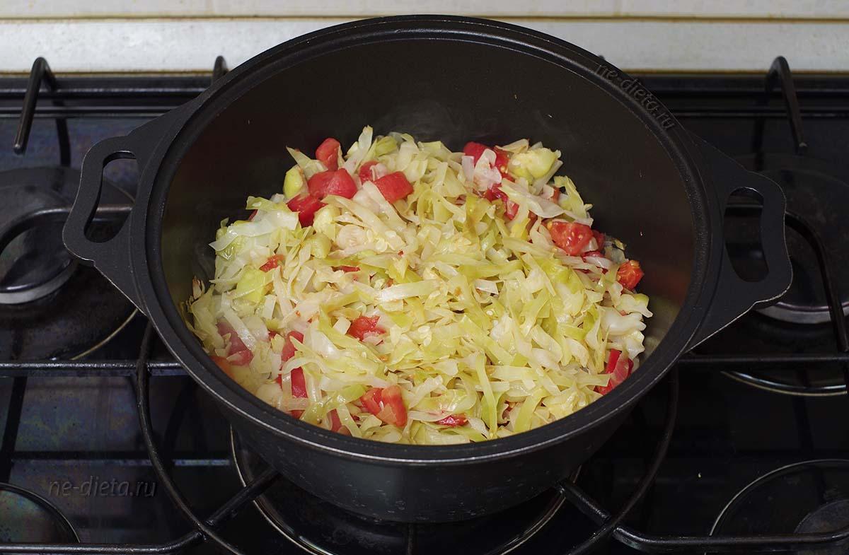 К капусте с кабачками добавить помидоры