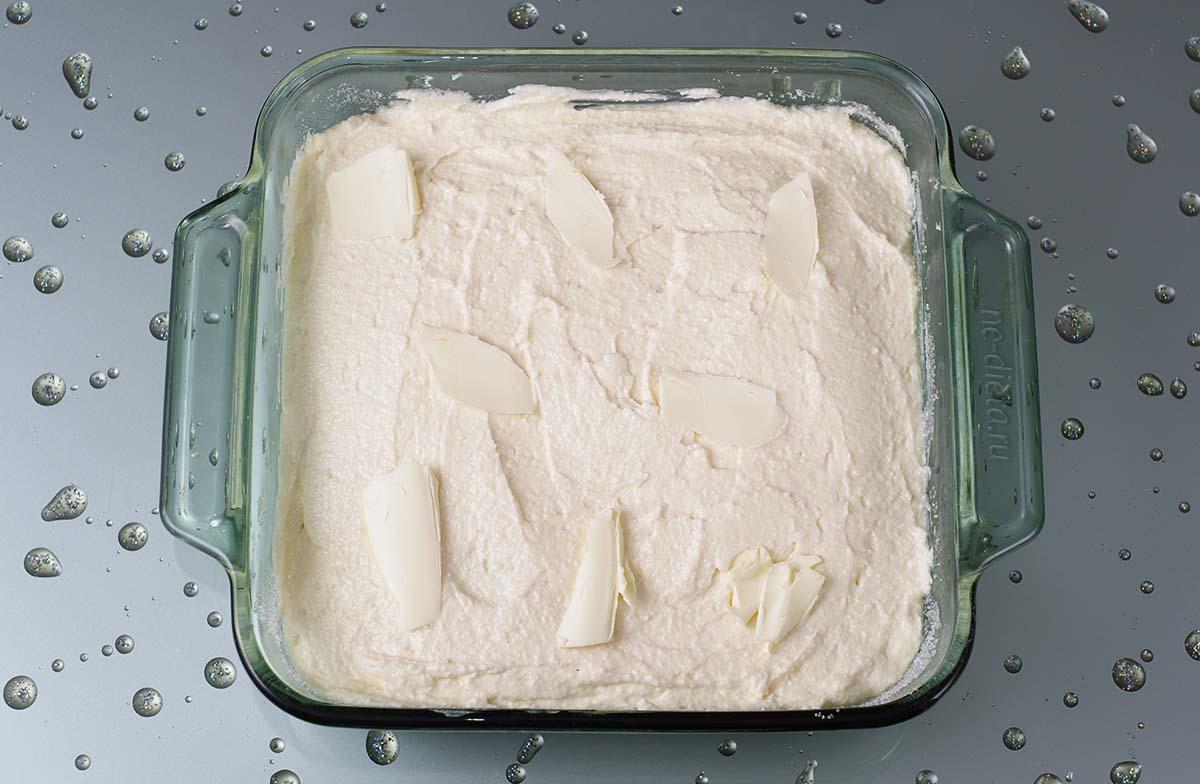 На яблоки выложить тесто и кусочки сливочного масла