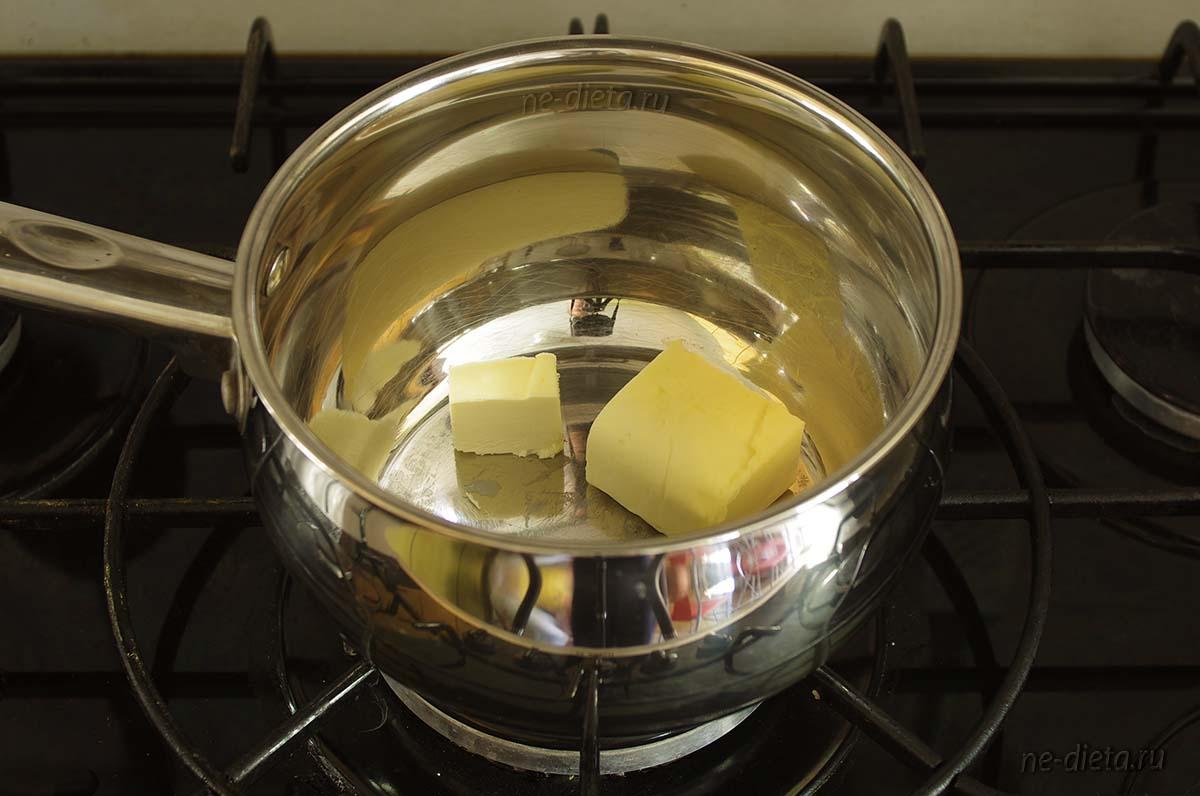 В кастрюле растопить сливочное масло