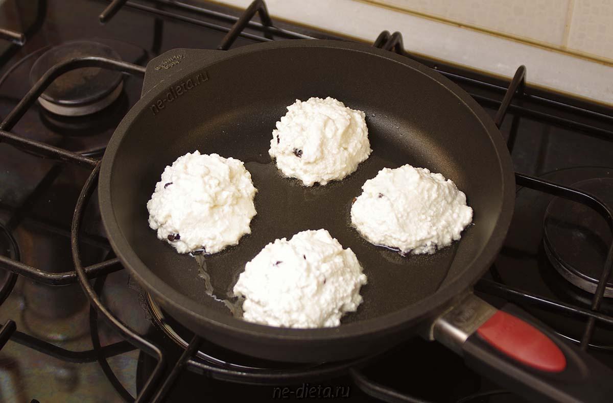 Выложить тесто на сковороду в форме круглых сырников