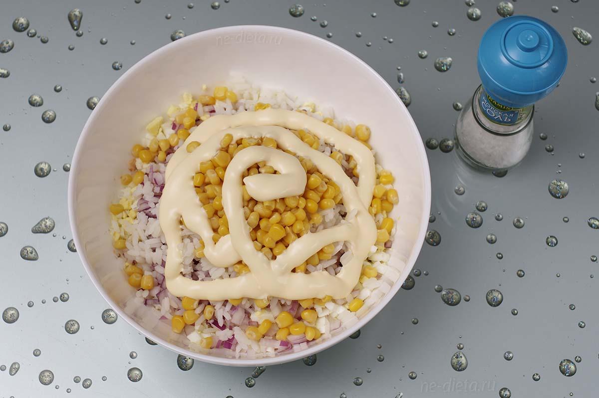 Рыбный салат посолить, поперчить и заправить майонезом