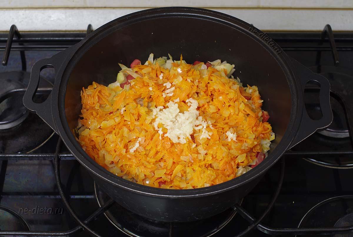 Положить в рагу лук с морковью и измельченный чеснок