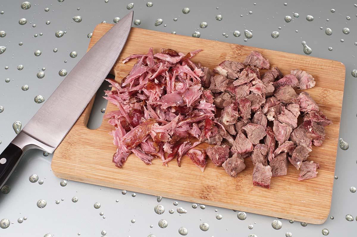 Мясо из бульона порезать ломтиками