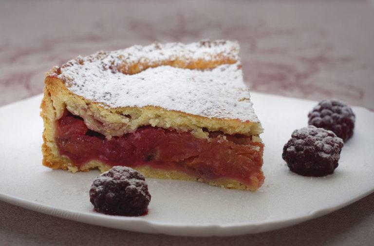 Пирог с яблоками и ежевикой