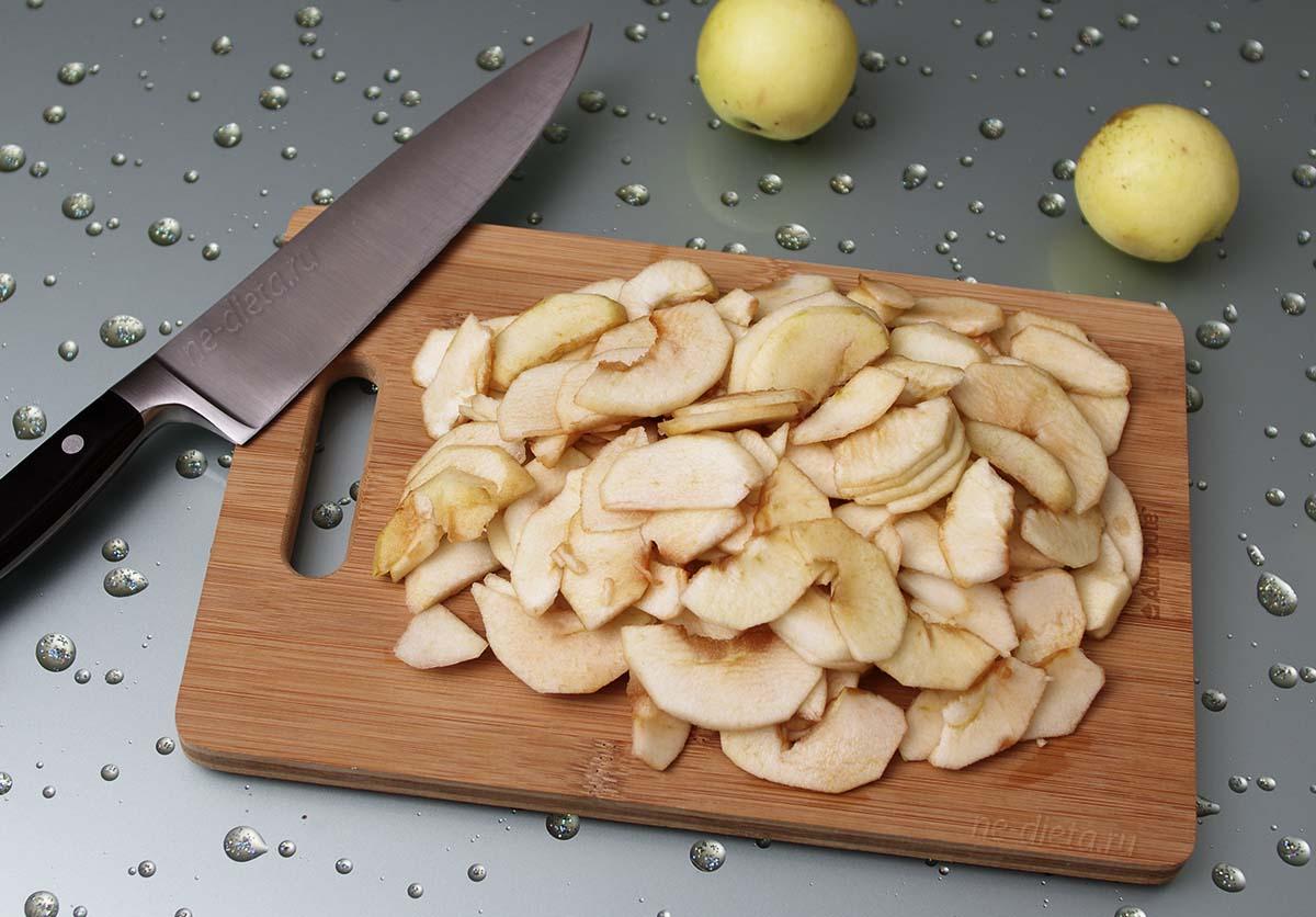 Яблоки порезать тонкими ломтиками