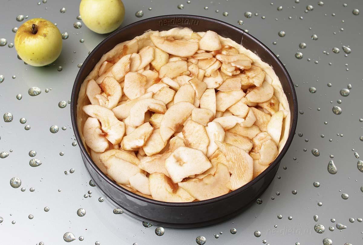 Яблоки выложить на тесто