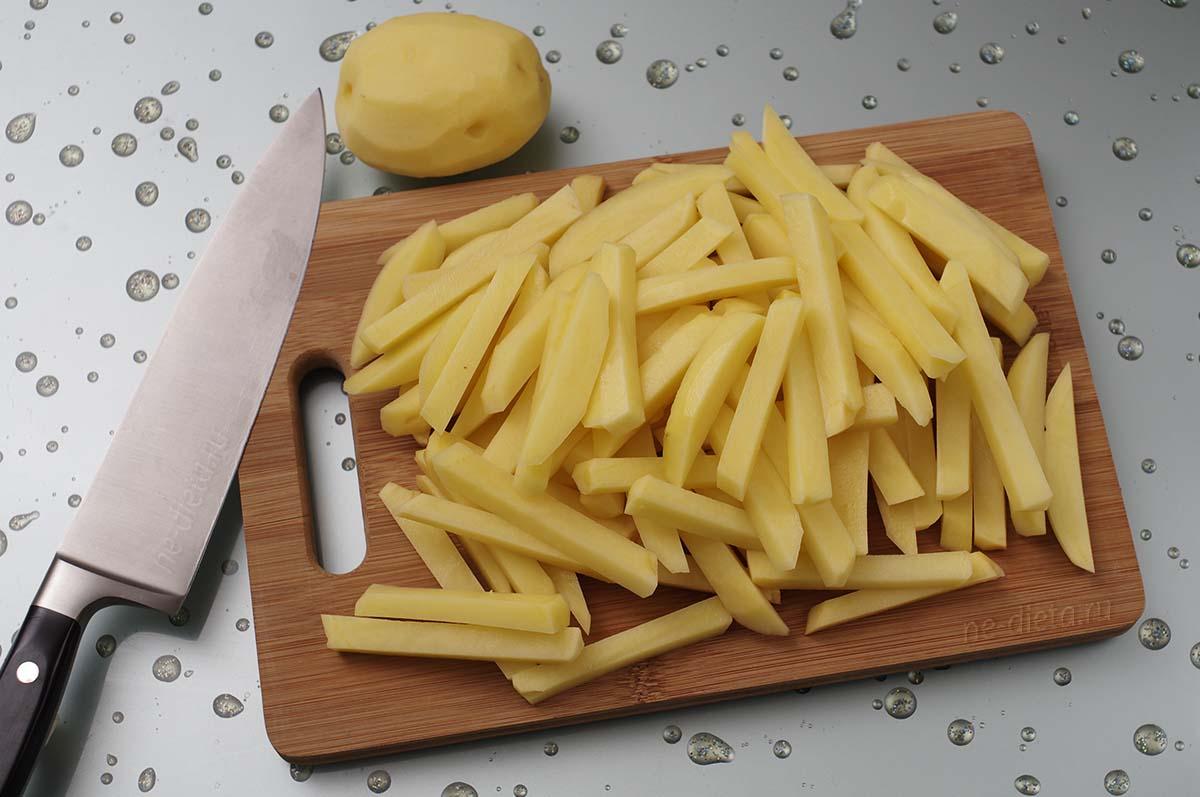 Картофель порезать длинными тонкими брусочками