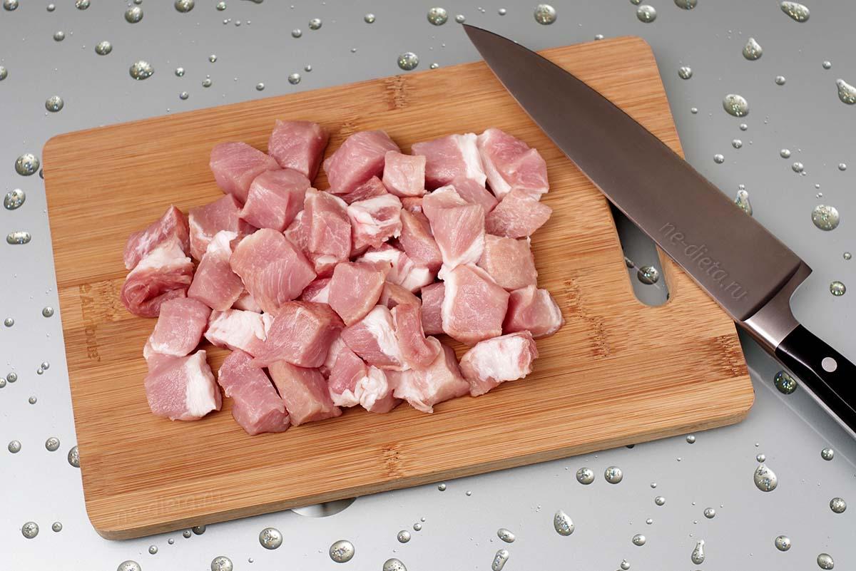 Свинину порезать кубиками