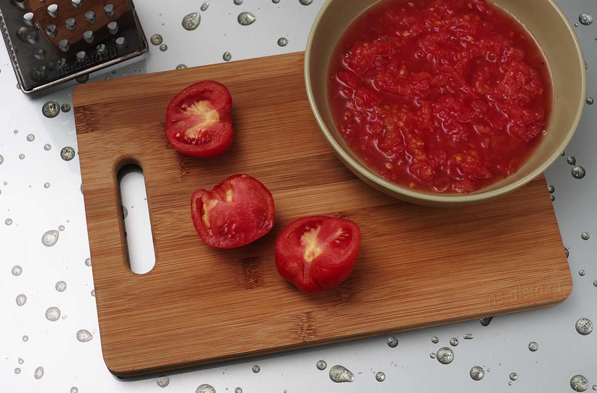 Мякоть помидоров натереть на крупной терке