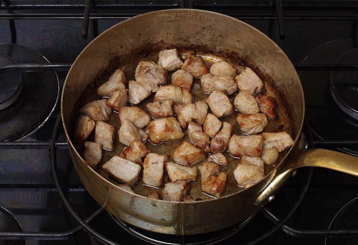 Обжарить свинину до румяной корочки