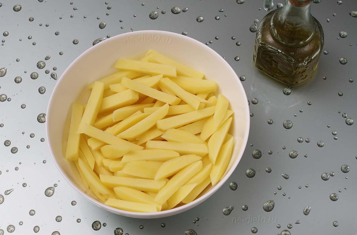 Картофель перемешать с растительным маслом