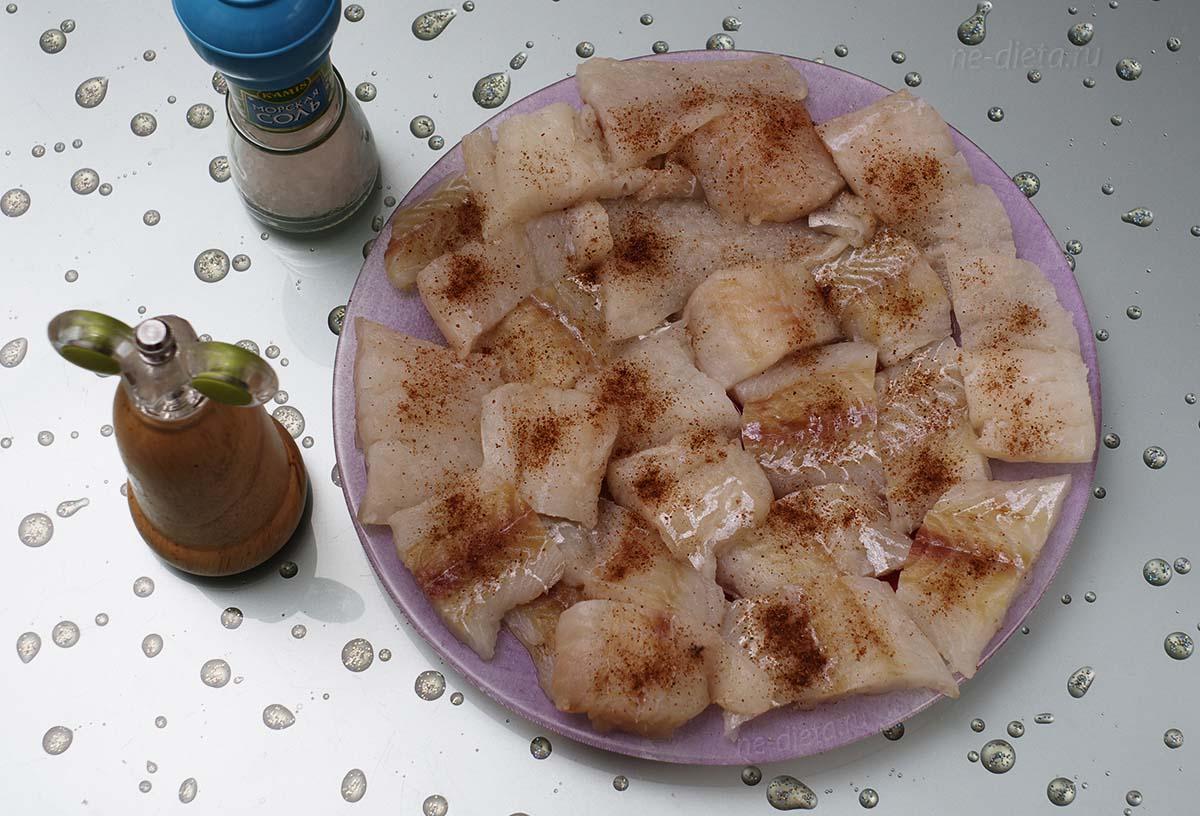 Рыбное филе порезать на кусочки