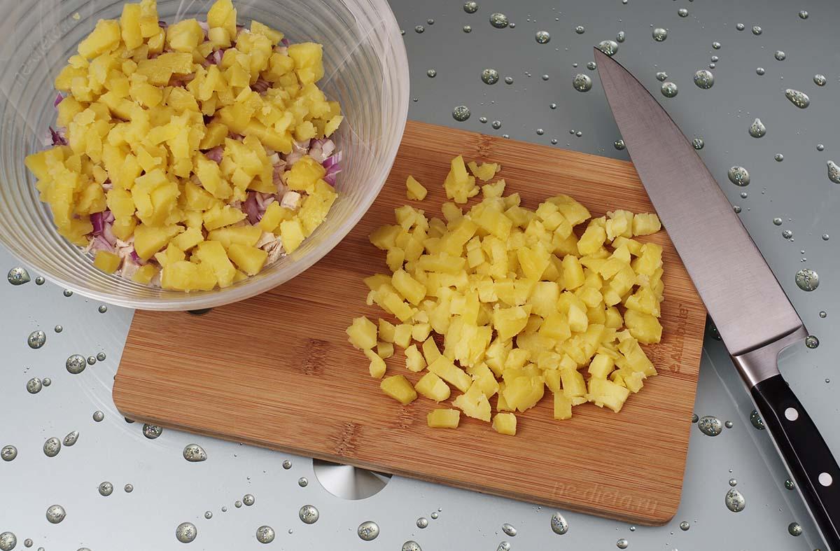 Отварной картофель нарезать кубиками