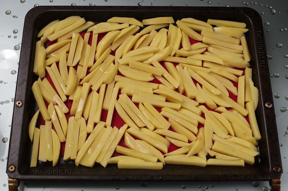Выложить картофель на противень в один слой
