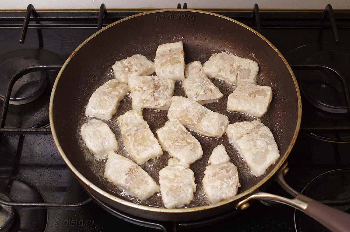 Выложить рыбу на сковороду в один слой