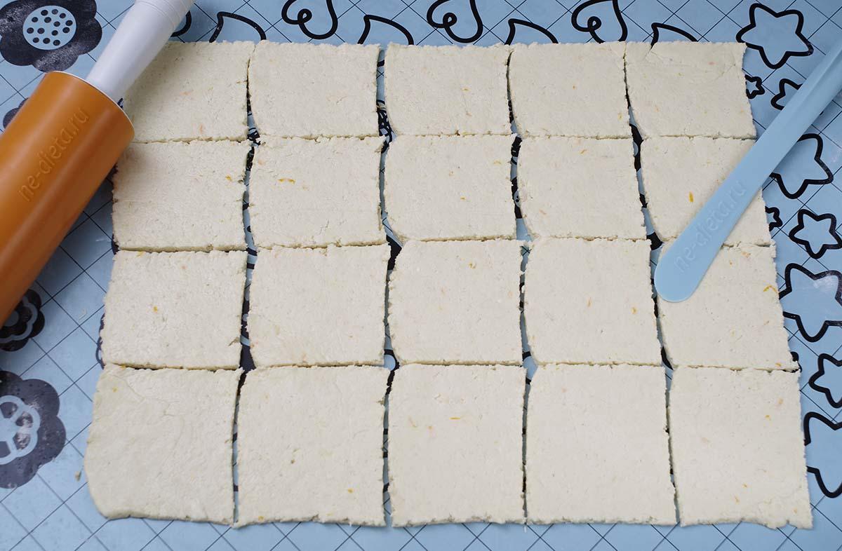 Тесто раскатать и разрезать на квадраты
