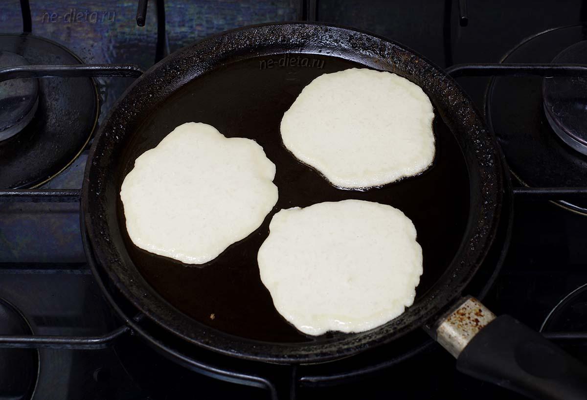 Выложить тесто на сковороду ложкой в виде круглых оладий