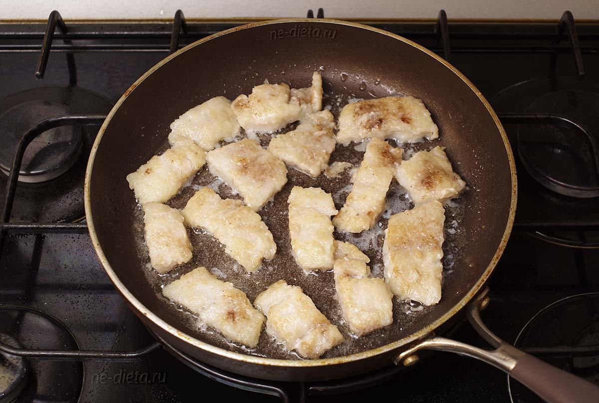 Обжарить рыбу с двух сторон