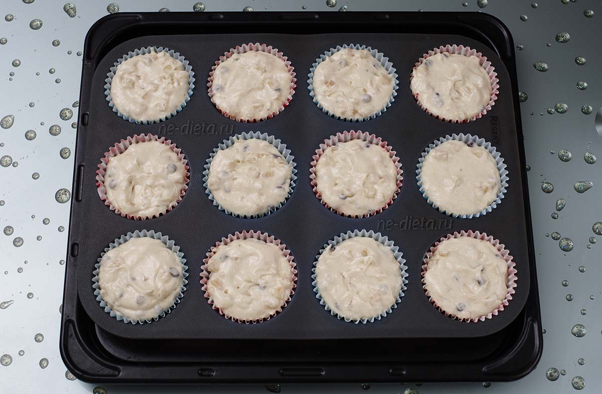 Тесто разложить в порционные формочки для кексов