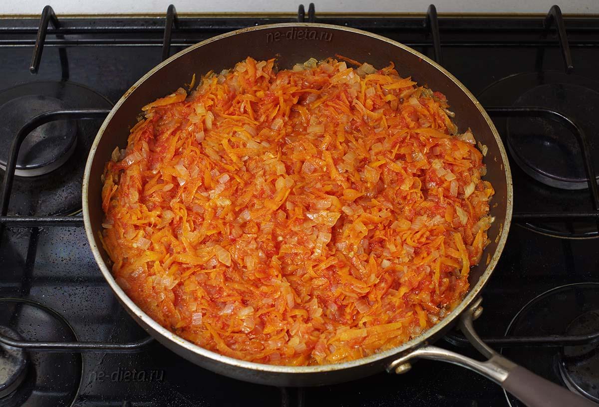 К овощам добавить протертые помидоры и томатную пасту