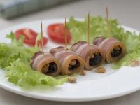 Рулетики из бекона с черносливом и грецким орехом
