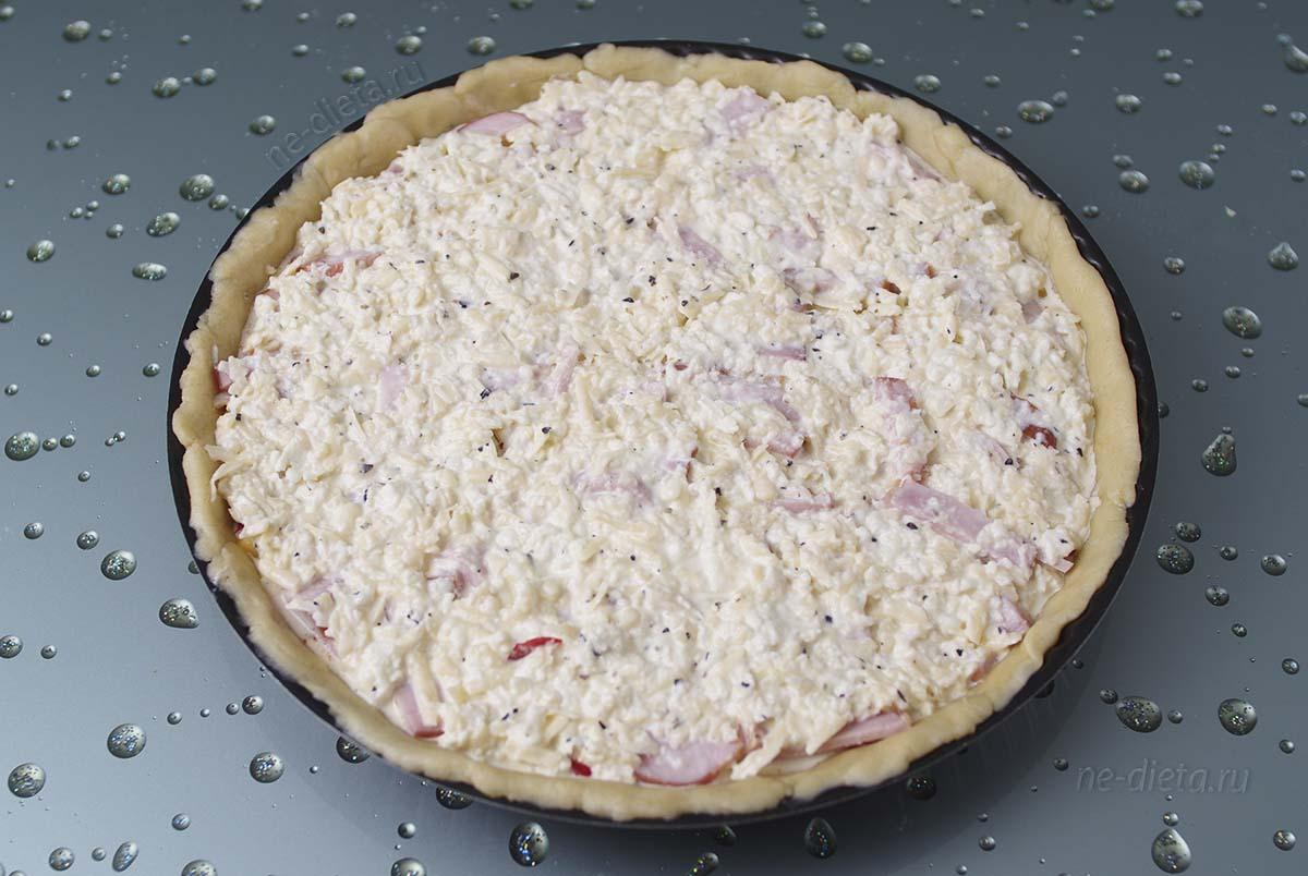 Вылить на пирог сырно-яичную заливку