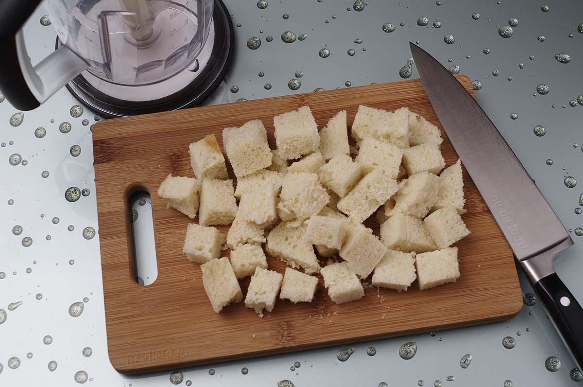 Белый хлеб порезать крупными кубиками