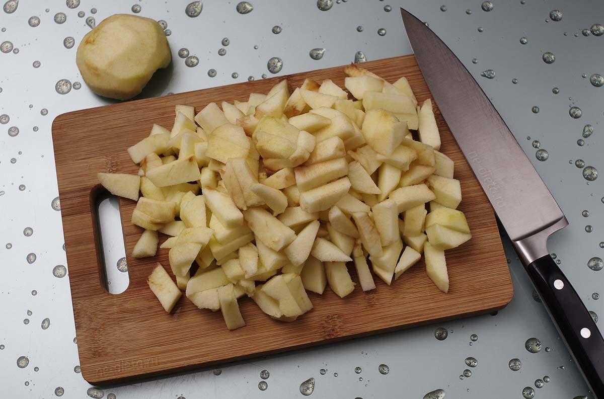 Яблоки очистить и порезать кубиками