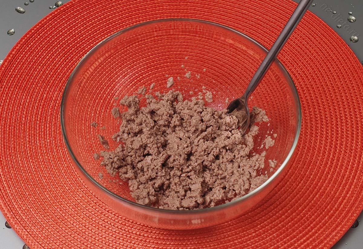 Печень трески размять вилкой