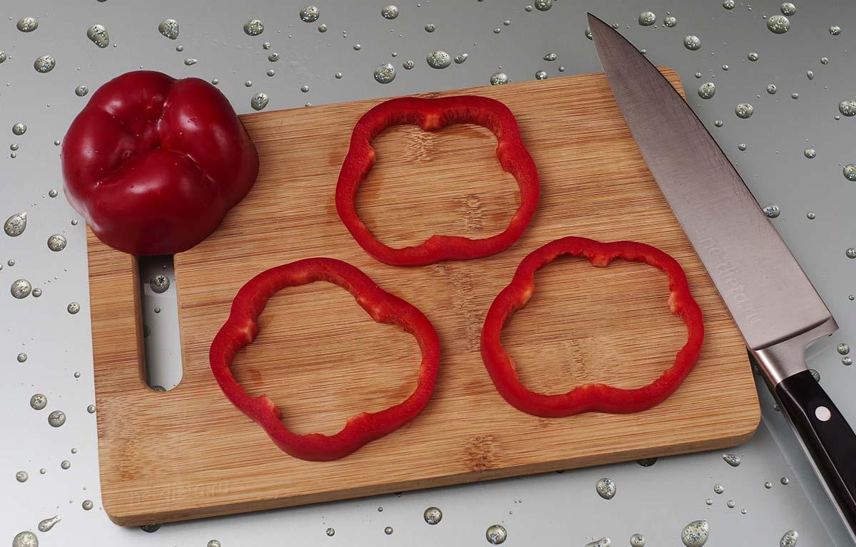 Болгарский перец порезать кольцами