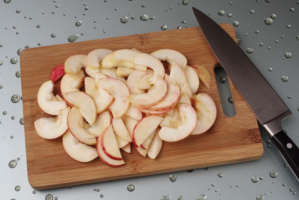 Яблоки порезать тонкими дольками