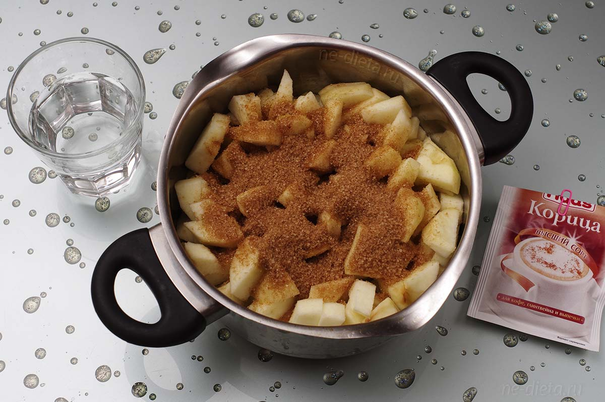 К яблокам добавить сахар, корицу и воду