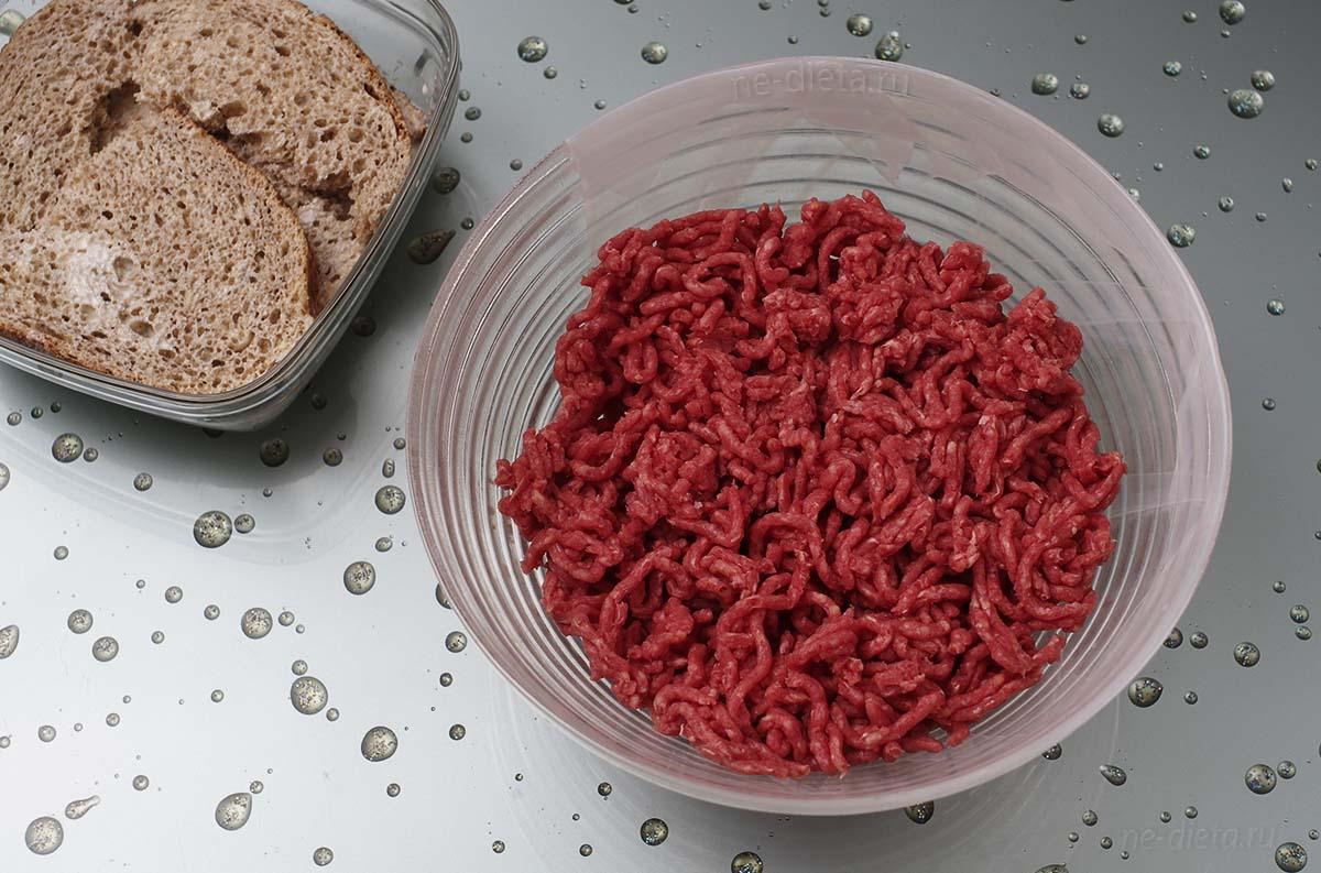 В миску выложить мясной фарш