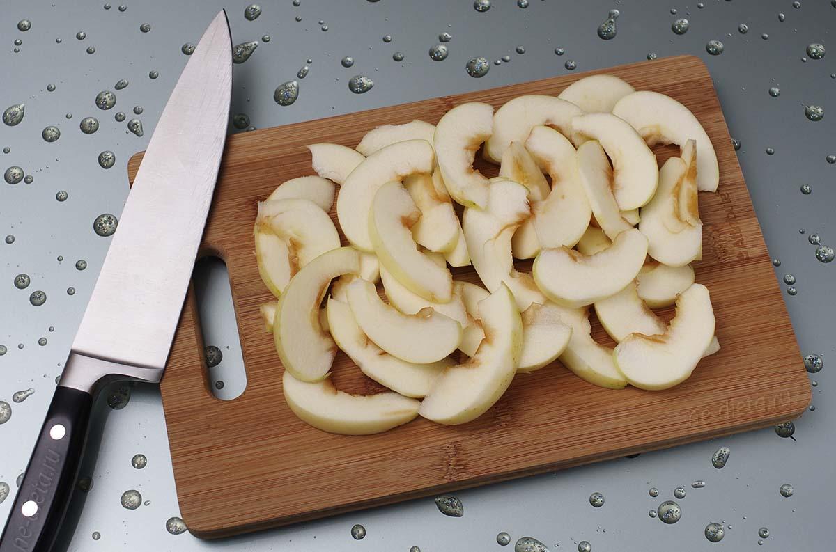 Яблоки очистить и нарезать дольками