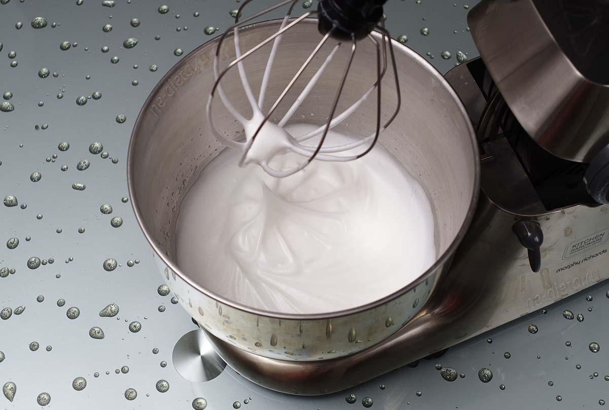 Всыпать сахар и взбить белки до высоких плотных пиков